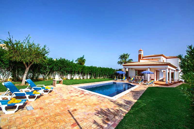 Rent child friendly holiday Villa Albufeira VT315 with heated pool at walking distance from the beach in Gale, Albufeira